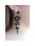 długie wiszące kolczyki z czarnymi kryształkami na uchu Długie wiszące kolczyki kryształki