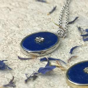 srebrny naszyjnik na łańcuszku z kamieniem lapis lazuli, widok z boku Srebrny naszyjnik z lapis lazuli