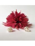 srebrne kolczyki w kształcie węzła na szarym tle, z tyłu różowy kwiatek Srebrne kolczyki węzeł mały